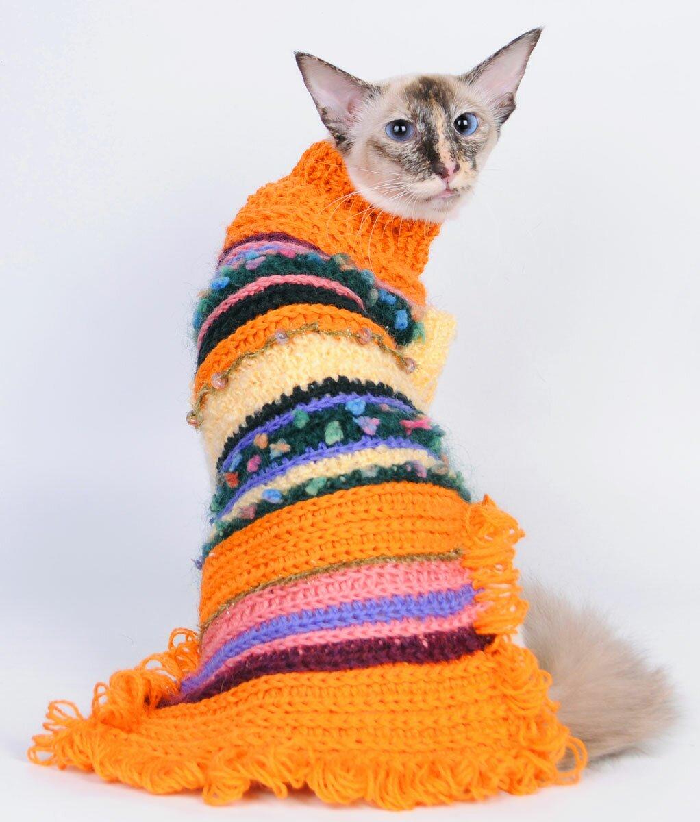 Оранжевый свитер с полосками